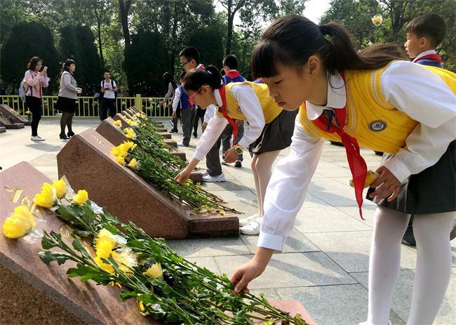 今天鲜花献给英烈,铭记英烈事迹,改革创新奋勇向前